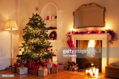weihnachtsbaum mit geschenken in der n he von kamin stock. Black Bedroom Furniture Sets. Home Design Ideas