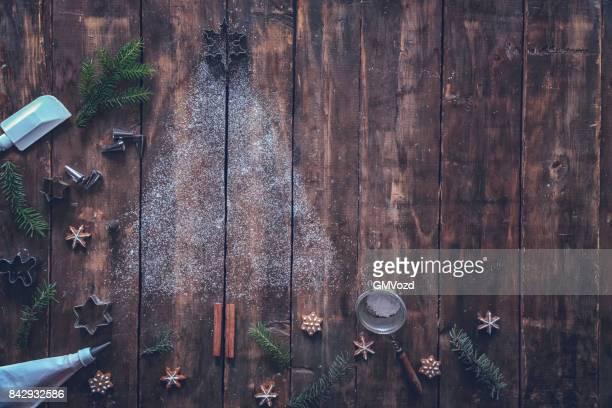Árbol de Navidad con galletas estrellas sobre fondo rústico