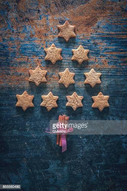 Weihnachtsbaum mit Stern Cookies auf rustikalen Hintergrund