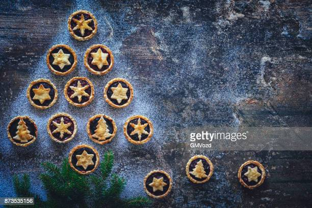 Kerstboom met ster Cookies op rustieke achtergrond