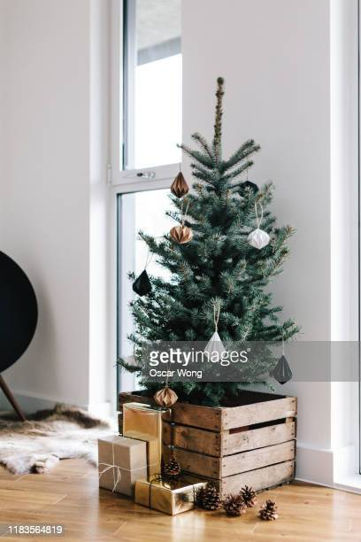christmas vibes and decorations in living room - gift stock pictures, royalty-free photos & images