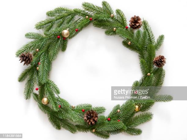 christmas wreath against white background - wreath stock pictures, royalty-free photos & images