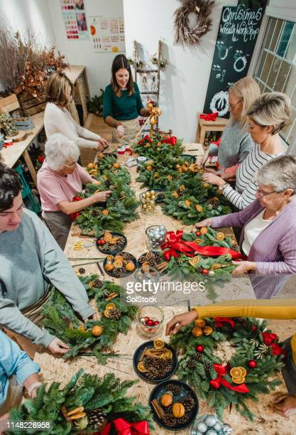 christmas wreath making workshop - wreath stock pictures, royalty-free photos & images