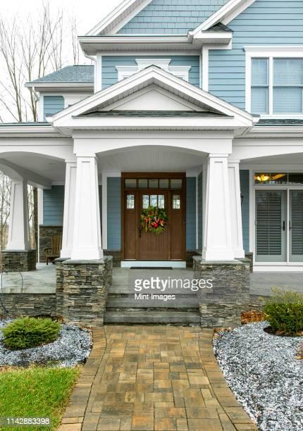 christmas wreath on front door of house - ポーチ ストックフォトと画像