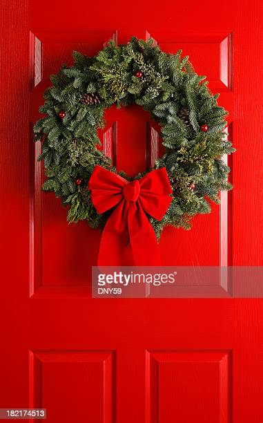 christmas wreath on red door - wreath stock pictures, royalty-free photos & images