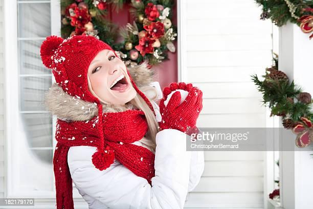 Weihnachten-lächelnde Frau hält Schneeball außerhalb