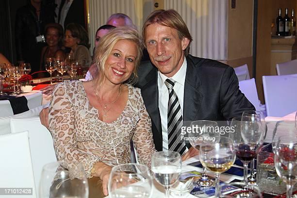 """Christoph Daum Und Ehefrau Angelica Bei Der 5. """"United People Charity Night"""" Im Hotel Bayerischer Hof In München Am 210907"""
