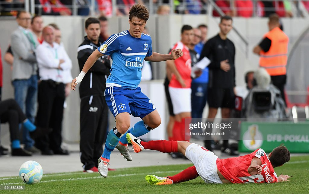 Christoph Goebel (R) of Zwickau is challenged by Gotoku Sakai of Hamburg during the DFB Cup match between FSV Zwickau and Hamburger SV at Stadion Zwickau on August 22, 2016 in Zwickau, Germany.