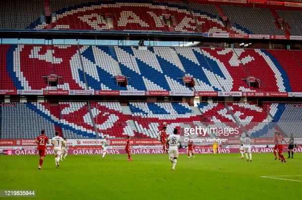 Christoph Kramer of Borussia Moenchengladbach and Joshua Zirksee of Fc Bayern München battle for the ball during the Bundesliga match between FC...