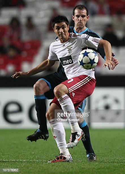 Christoph Metzelder of Schalke challenges Oscar Cardozo of Benfica during the UEFA Champions League group B match between Benfica Lisbon and FC...