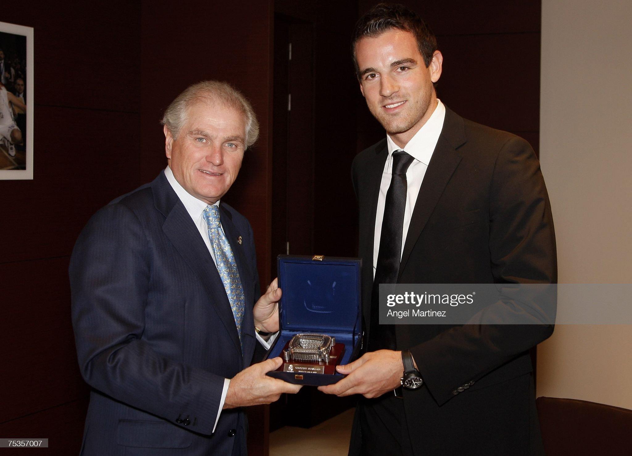 ¿Cuánto mide Ramón Calderón? Christoph-metzelder-receives-a-present-of-ramon-calderon-reals-his-picture-id75357007?s=2048x2048