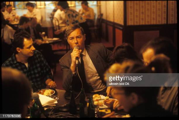 Christoph Ringier in a Pub with employees 1987