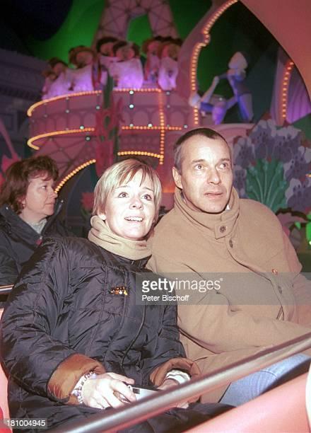 """Christoph Schobesberger, Ehefrau Daniela Lohmeyer, Attraktion """"ItÏs a small world"""", Disneyland Paris, , Frankreich, Vergnügungspark, Freizeitpark,..."""