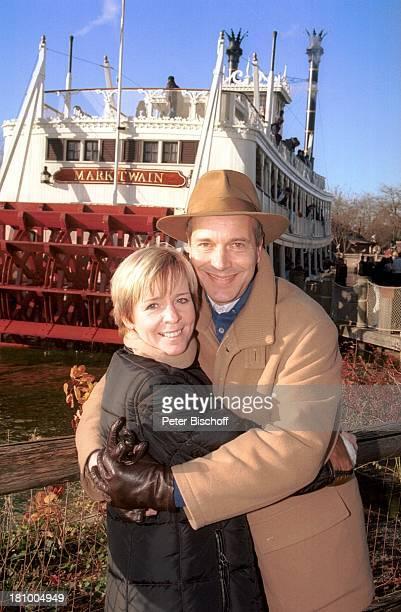 """Christoph Schobesberger, Ehefrau Daniela Lohmeyer, Missisippi-Rad-Dampfer """"Mark Twain"""", Disneyland Paris, , Frankreich, Vergnügungspark,..."""