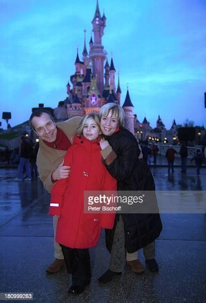 Christoph Schobesberger, Ehefrau Daniela Lohmeyer, Tochter, Lea-Maria, Disneyland Paris, Frankreich, , Cinderellas Schloss, Vergnügungspark,...
