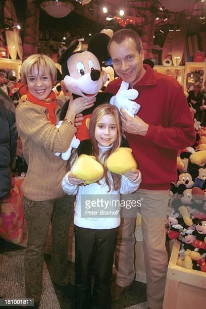 Christoph Schobesberger Ehefrau Daniela Lohmeyer Tochter LeaMaria Schobesberger Disneyfigur Mickey Mouse Disneyland Paris Frankreich Vergnügungspark...