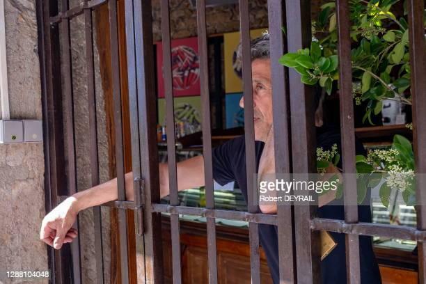 """Christophe Cedat, patron du café- restaurant """"Le 203"""" met en scène sa colère contre une fermeture administrative jusqu'au 10 juillet après qu'il ait..."""