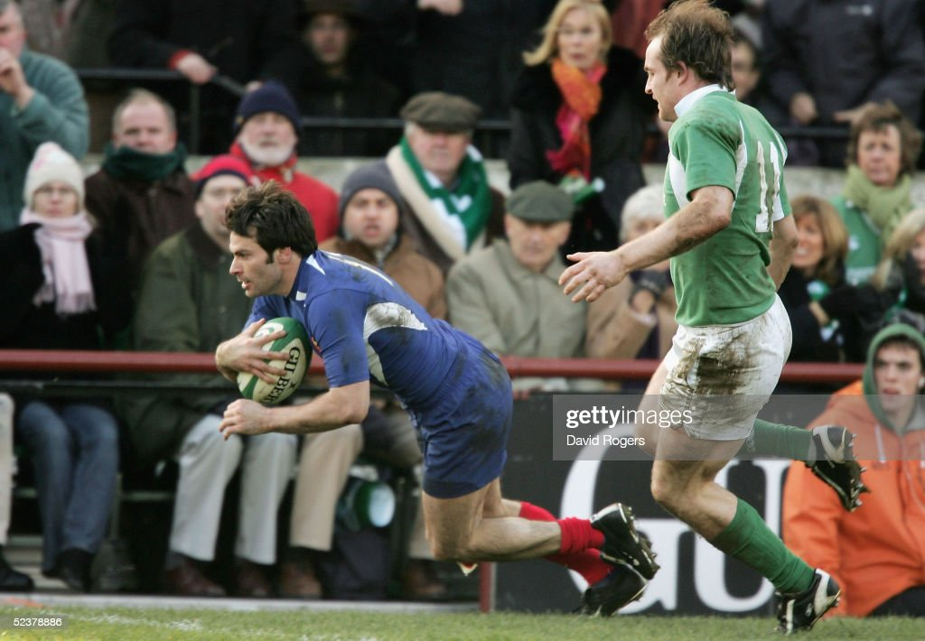 Christophe Dominici of France scores the match winning try during the RBS Six Nations Championship match between Ireland and France at Lansdowne Road on March 12, 2005 in Dublin, Ireland.