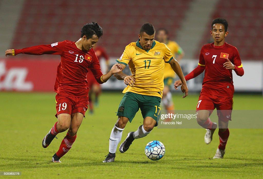 Christopher Ikonomidis of Australia goes between Nguyen Van Toan (19) and Nguyen Phong Hong Duy of Vietnam (7) during the AFC U-23 Championship Group D match between Vietnam and Australia at Grand Hamad Stadium on January 17, 2016 in Doha, Qatar.