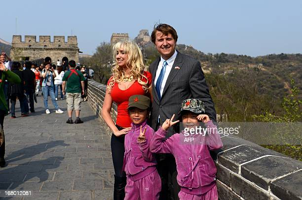 Christopher Nixon Cox the grandson of former US president Richard Nixon and his wife Andrea Catsimatidis take a photo with twins during a visit at...