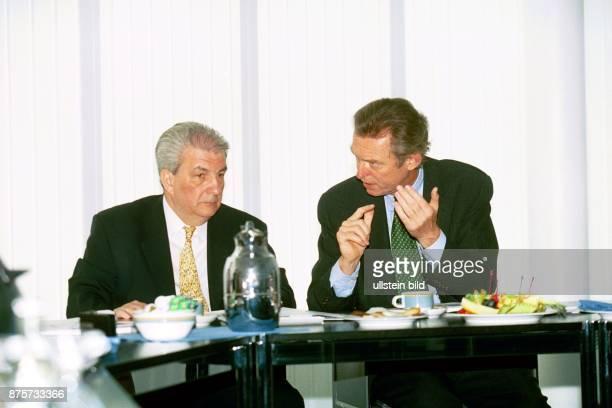 Christopher Pleister Präsident des Bundesverbandes der deutschen Volks und Raiffeisenbanken gestikuliert während seines Gesprächs mit dem rumänischen...