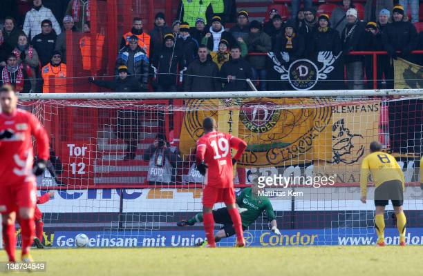 Christopher Quiring of Berlin scores the first goal during the Second Bundesliga match between 1.FC Union Berlin and SG Dynamo Dresden at Stadion an...