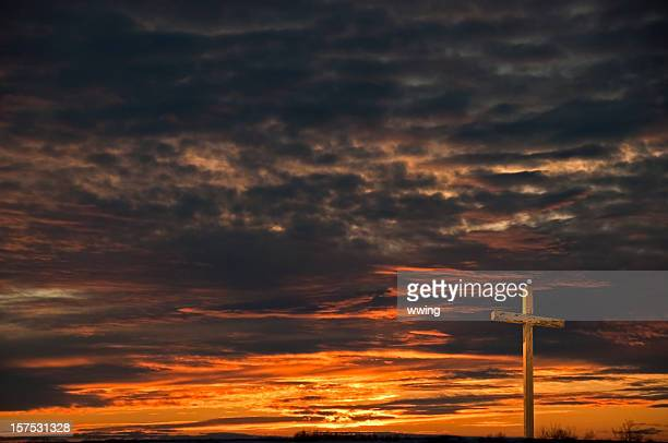 Christ's Cross mit dunklen Sonnenuntergang Himmel