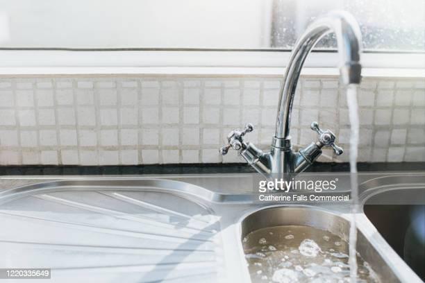 chrome kitchen sink - たらい ストックフォトと画像