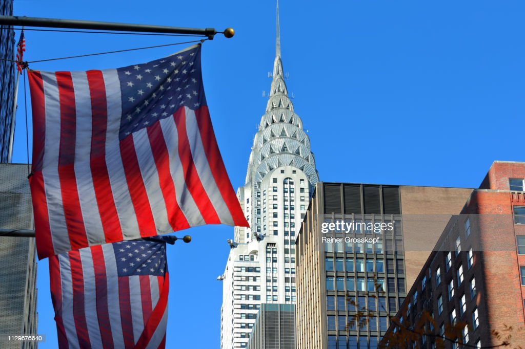 Chrysler Building in 42nd Street with US-flags : Stock-Foto