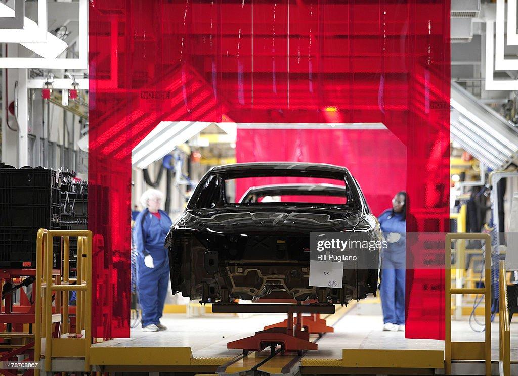 Michigan Chrysler Plant Celebrates Production Of Chrysler - Chrysler shop