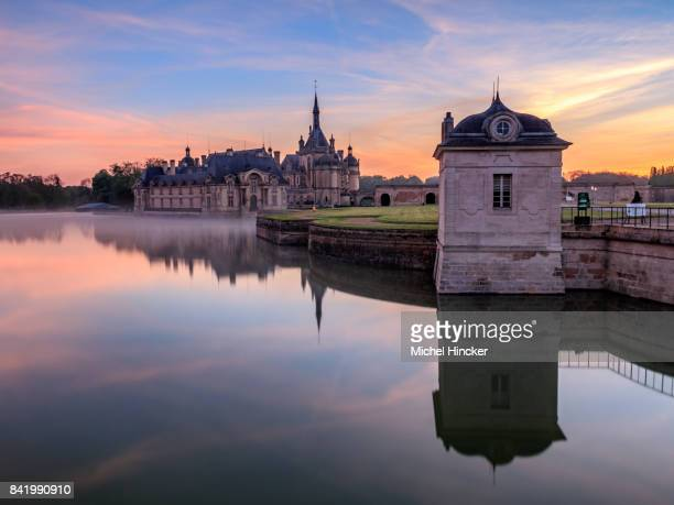 château de chantilly au lever de soleil - hauts de france stock photos and pictures
