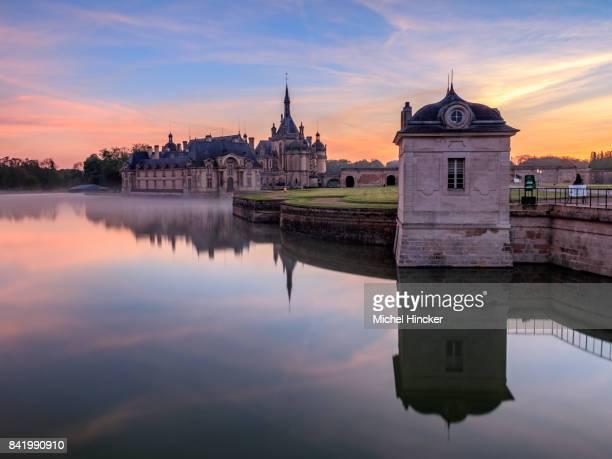 シャトー ・ ド ・ シャンティイ レバー ・ デ ・ ソレイユ - オードフランス地域圏 ストックフォトと画像