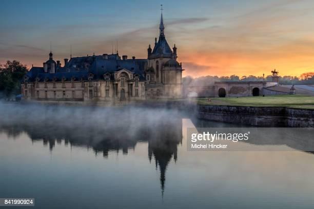 château de chantilly avec la brume du petit matin - oise stock photos and pictures