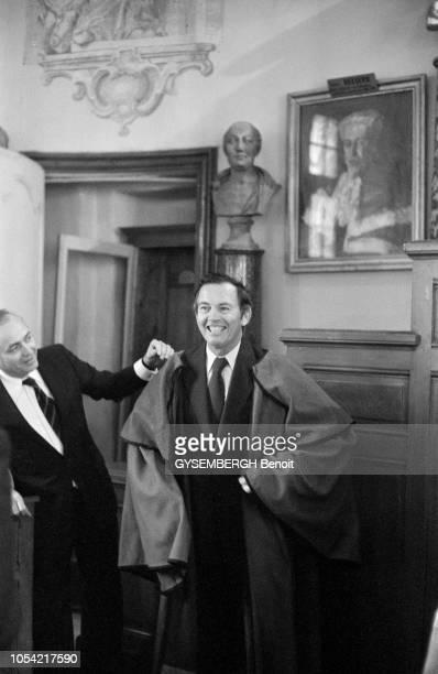 ChâteauneufduPape France 13 octobre 1980 Le Pr Christian BARNARD chirurgien cardiaque sudafricain a été reçu par l'Echansonnerie des papes confrérie...
