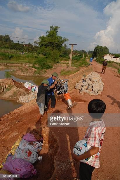 """Chu Van Son , Bauarbeiter bauen """"Ke""""-Brücke über Fluß Can , Einweihung von """"Ke""""-B r ü c k e, Ngoen Village, Provinz Tien Luc, Vietnam, Asien, Dorf,..."""