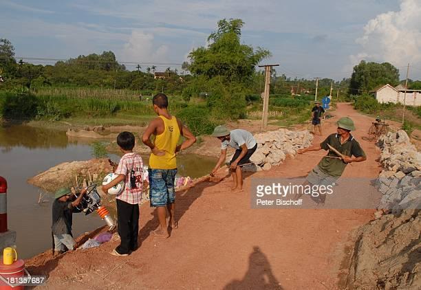 "Chu Van Son , Bauarbeiter bauen ""Ke""-Brücke über Fluß Can , Nachbar, Einweihung von ""Ke""-B r ü c k e, Ngoen Village, Provinz Tien Luc, Vietnam,..."