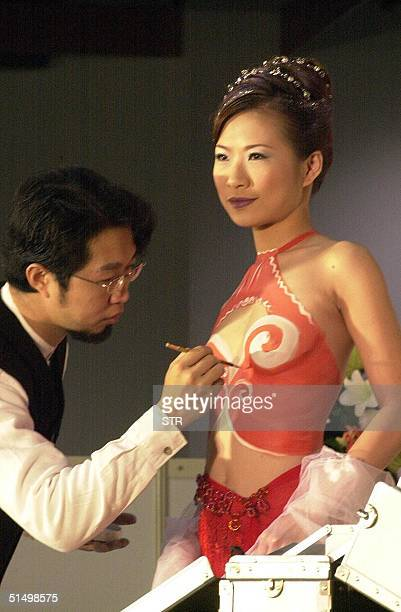 Chuan Mingcheng a body designer paints on a nude model during the wedding photo exhibition at Taipei World Trade Center 22 December 2000 This display...