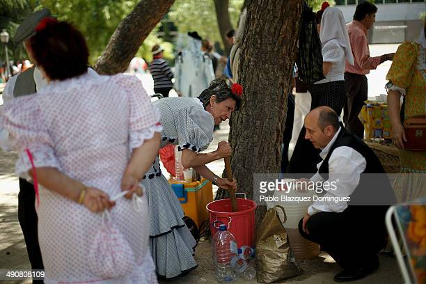 Chulapos make traditional lemonade with wine during the San Isidro festivities at Pradera de San Isidro park on May 15 2014 in Madrid Spain During...