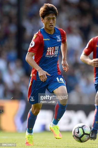 ChungYong Lee of Crystal Palace runs with the ball during the Premier League match between Crystal Palace and Bournemouth at Selhurst Park on August...
