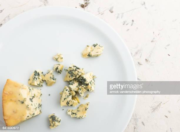 chunks of stilton cheese. - blauwschimmelkaas stockfoto's en -beelden