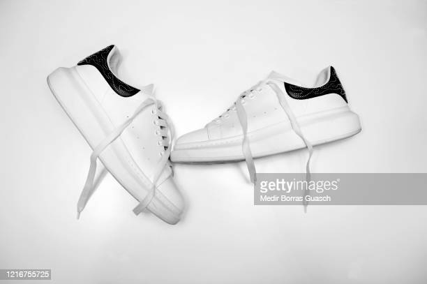chunky sneakers - chaussures blanches photos et images de collection