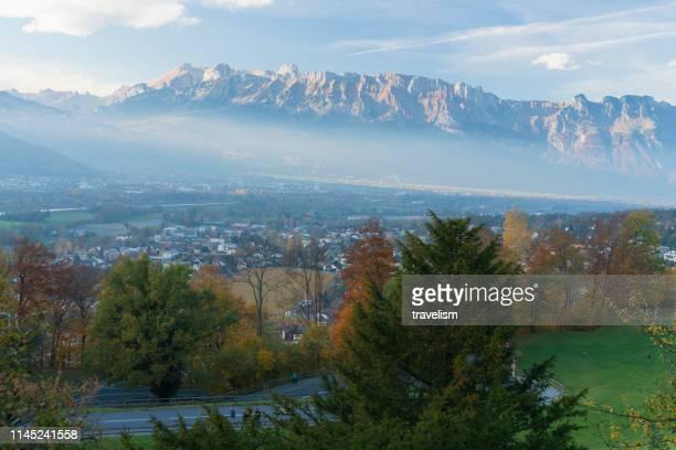 クールスイス美しい雪をかぶった山々と緑豊かな渓谷は、写真の完璧風景のために作ります - アロサ ストックフォトと画像