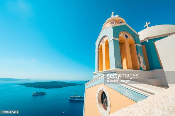 church and cruise ships in santorini greece - mediterrane kultur stock-fotos und bilder