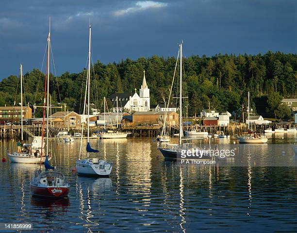 church and harbour, boothbay harbour, maine, new england, usa - boothbay harbor stock-fotos und bilder