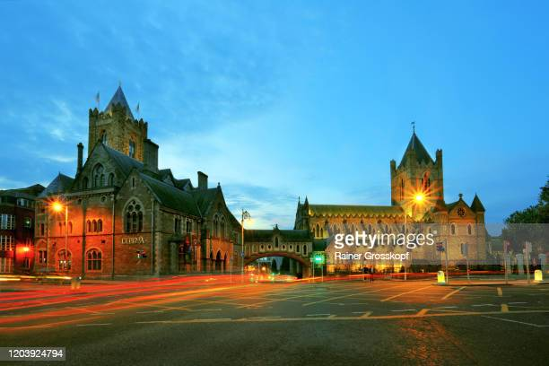 church and historic buildings at dusk with light trails of passing traffic - rainer grosskopf stock-fotos und bilder