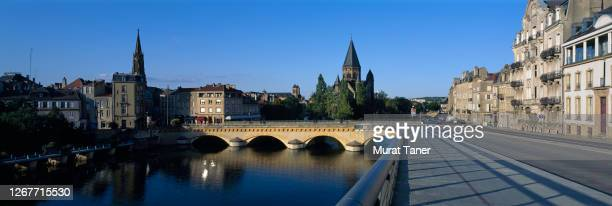 church and stone bridge in metz - moselle stock pictures, royalty-free photos & images