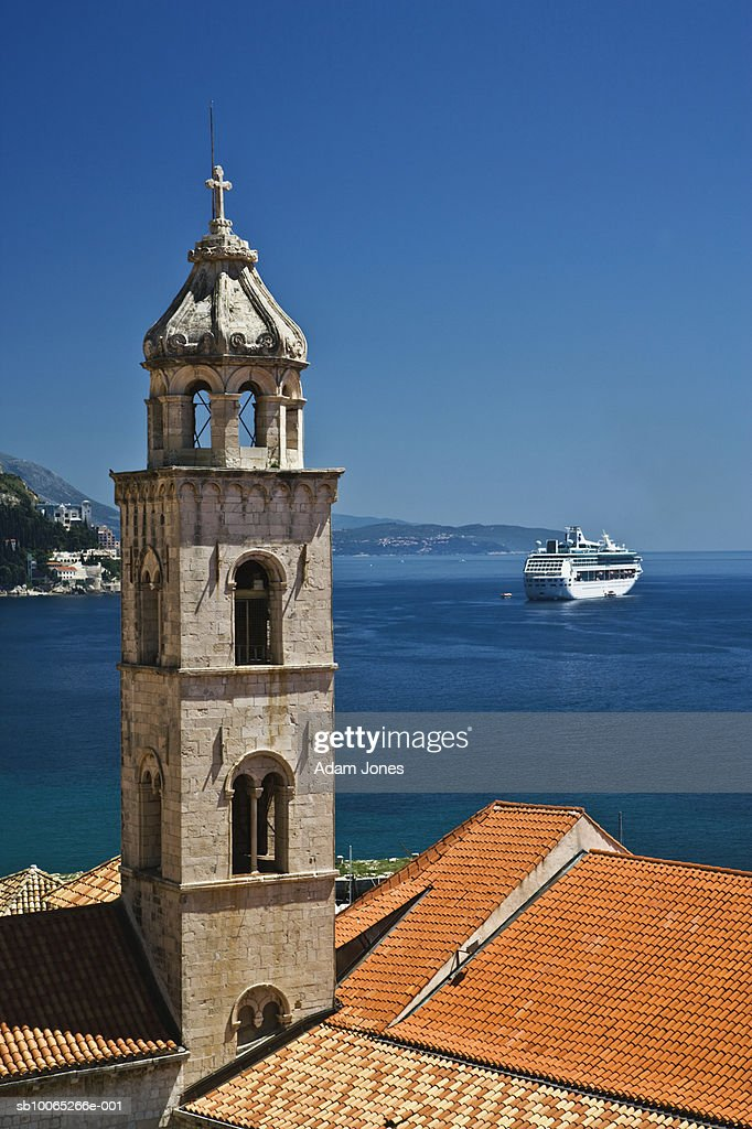 Church bell tower and cruise ship docked in Adriatic Sea : Foto stock