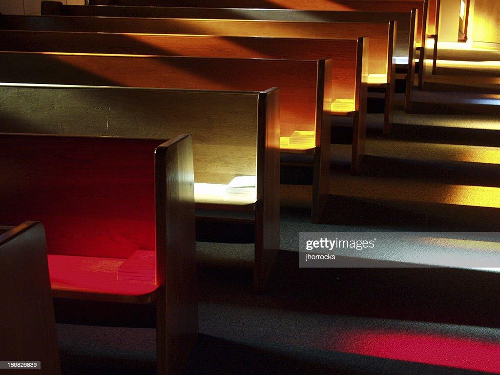 教会のベンチの夕暮れ : ストックフォト