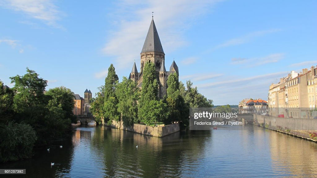 Church By Canal Against Sky In City : Stockfoto