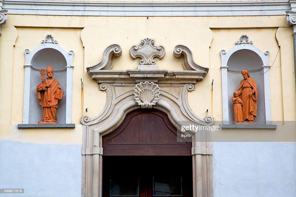 Porta da Igreja em Itália Lombardia Escudo Estátua : Foto de stock